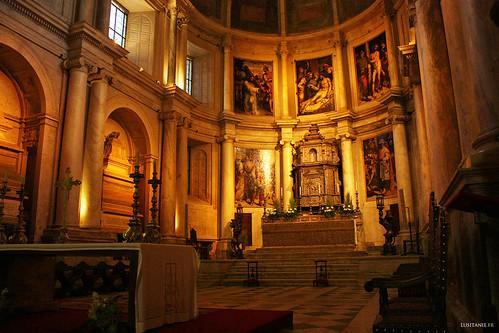 Altar e capela-mor, onde se encontram as pinturas de Lourenço de Salzedo