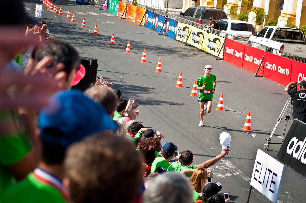 El compatriota Gustavo López (6) se acerca a la meta recibiendo el aliento del público desde la tribuna, logró un tiempo de 02:45:41, colocándose en la 7ma posición de la general y 1er puesto en su categoría 42km Masculino de 25 a 29 años. (Elton Núñez)
