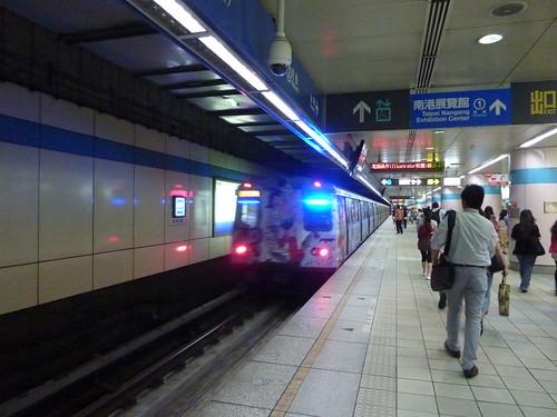 MRT。手塚治蟲世界特展的彩繪列車