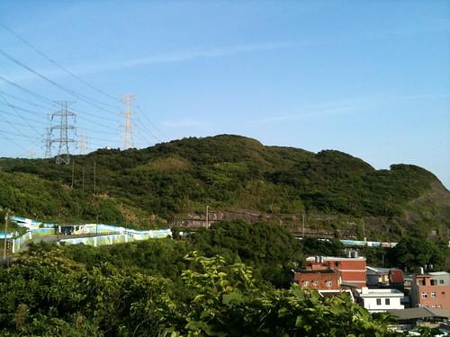 蓊鬱的青山與湛藍的天空。
