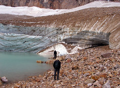 angel glacier na mt. edith cawell, jasper np, kanada (Pixmac_sk) Tags: mountains men nature weather landscapes daylight rocks seasons looking desert masculine dry glacier hills daytime np nationalparks 2people humans voda lid leto kanada exteriors angelglacier kamene slnka jaspernp osoba pr letn 18years cestovanie utdoors mui jazera lovek turistov rybnky dvaja mtedithcawell slnensvit cestovnruch dospel prrodnsvet hladinyvody dvajaudia sledovanie