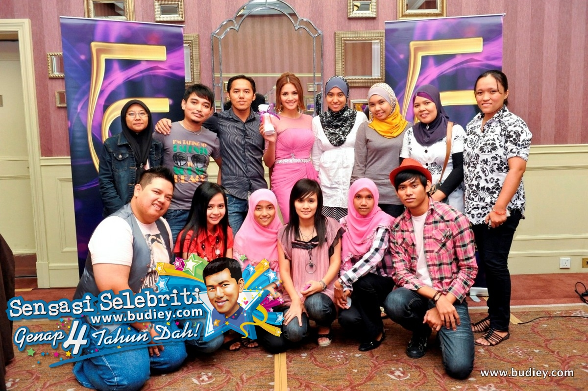 Fazura with her fans