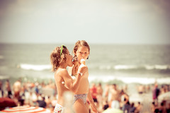 girls & ice (dongga BS) Tags: girls sea ice beach strand see holga meer eis glacé biaritz canoneos50d ef100mmf28lmacroisusm braunundsanft