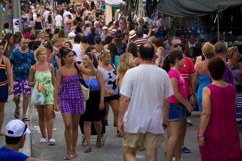 Multitudes en el mercadillo de Mil Palmeras