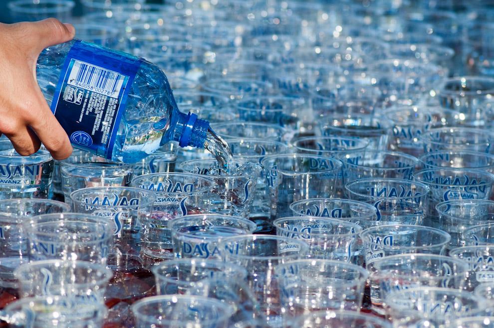 Un asistente llena los vasos con agua mineral para ser entregados a los corredores en su paso por los puntos de asistencia, cada 2 kilómetros se colocaron puestos de hidratación y controles médicos. (Elton Núñez)