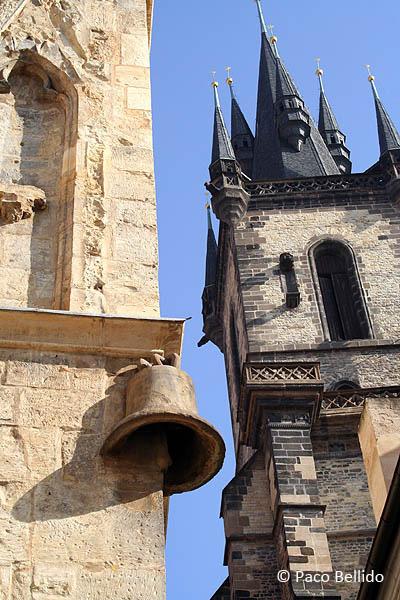 Casa de la Campana de Piedra y Torre de la iglesia del Tyn. © Paco Bellido, 2005