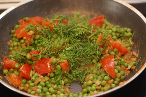 Indian spiced peas with tomatoes and dill