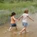 Brincando nas pocas d'agua na beira da estrada