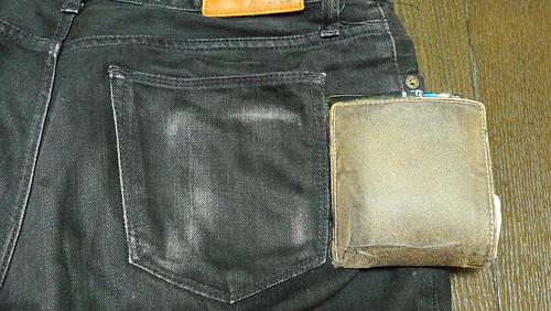 ズボンが傷まない!薄い財布ならではの利点