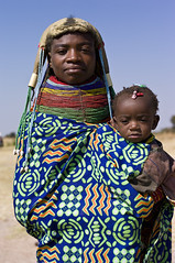 Muhuila mother with child in Mucuma, Angola (Alfred Weidinger) Tags: leica s2 huila angola leicas2 muhuila provinciahuila mucuma