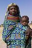 Muhuila mother with child in Mucuma, Angola (Alfred Weidinger) Tags: leica s2 huila angola leicas2 muhuila provinciahuila mucuma