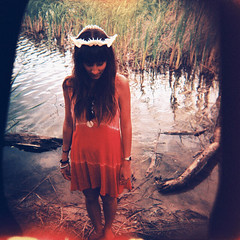 (eel ciurn) Tags: light portrait color film girl fashion analog vintage holga lomo lomography analgica retrato flash grain retro mm analogue noise leak 126 grano analgico ruido veladura