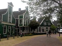 Olanda che profuma di verde (RobbiSaet) Tags: city trees verde green amsterdam alberi nikon village nederland coolpix olanda zaanseschans città s3000 villaggio paesibassi robbisaet robertasaettone