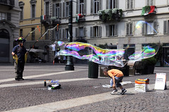 ilmagodellebollegiganti (matteo   sartori) Tags: street torino strada artist il di piazza matteo mago artisti bolle delle carignano sartori giganti
