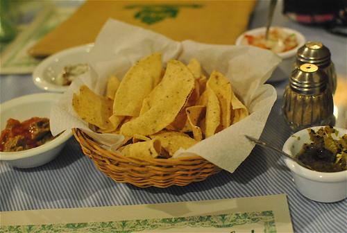 totopos con salsas mayas