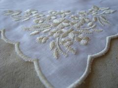 Bordados de Bezerros-PE (Verachitta) Tags: flores de handmade embroidery toalha pernambuco crafting bege bordado bandeja bezerros linho pontocheio pontoatrs