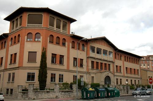 Edificio del albergue de transeuntes de las Damas Apostólicas en la calle González Tablas, en la esquina con la calle Sangüesa.