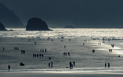 Cannon walkers (sparth) Tags: ocean sea beach rock oregon walking sand day silhouettes 300mm clear telephoto cannon l 28 300 cannonbeach walkers plage 2010 300mm28l marcheurs 5