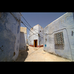 Kairouan (Gwenal Piaser) Tags: street door blue white colors yellow canon eos angle tunisia wide july wideangle tokina kirwan 7d medina 11mm canoneos 1000 116 tunisie kairouan atx 2011 alqayrawan 1116mm eos7d canoneos7d unlimitedphotos tokina1116mm tokinaaf1116mmf28 gwenaelpiaser atx116prodx flickrstruereflection1