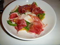 Huevo a baja temperatura con papas crocantes, salsa romescu y jamón ibérico