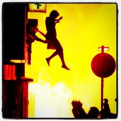 Una mujer escapa de un edicifio en llamas