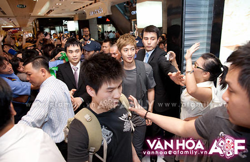 {Photo} Kim Hyun Joong at Vincom Center Plaza Ho Chi Minh City [110811]