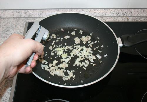 20 - Schalotte anschwitzen und Knoblauch hinzu