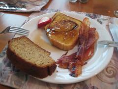 Déjeuner: pain doré, bacon, pain aux bananes