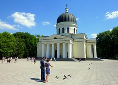 Feeding the pigeons  (Nativity Cathedral, Chiinu, Moldova) (Frans.Sellies) Tags: church cathedral kathedrale kirche glise eglise chisinau moldova cathedrale catedrala mel