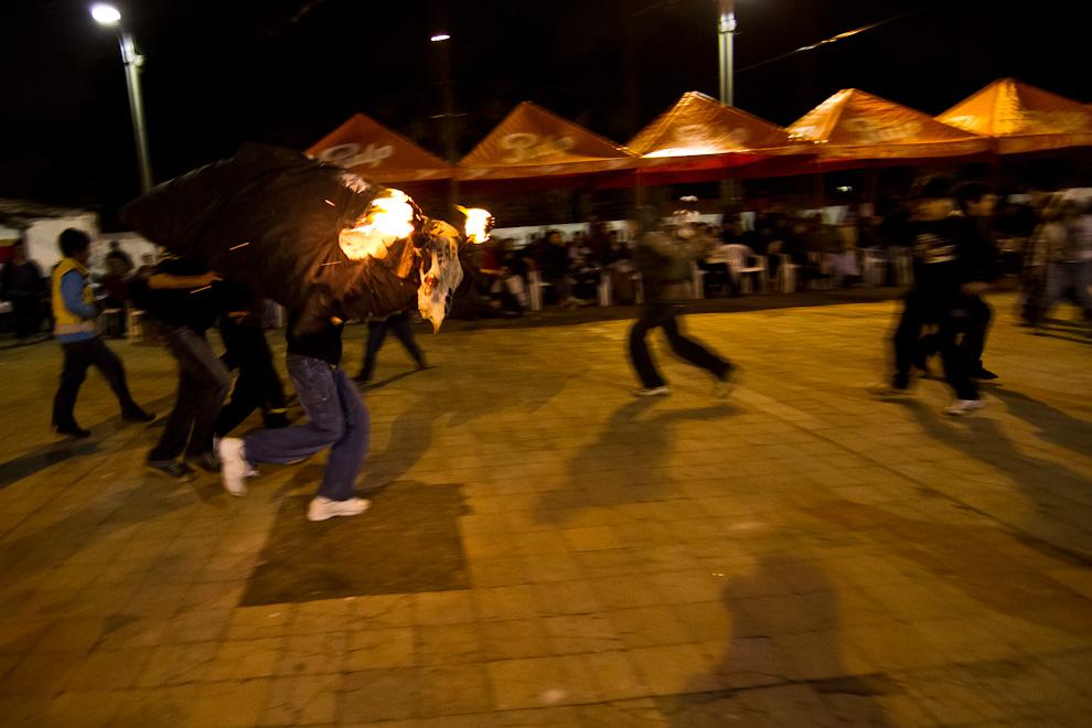 El tradicional juego de las celebraciones de San Juan, el Toro Candil: Dos hombres debajo de un cuero con los huesos de una cabeza vacuna con los cuernos encendidos representan al toro, que persigue a los presentes. (Tetsu Espósito)