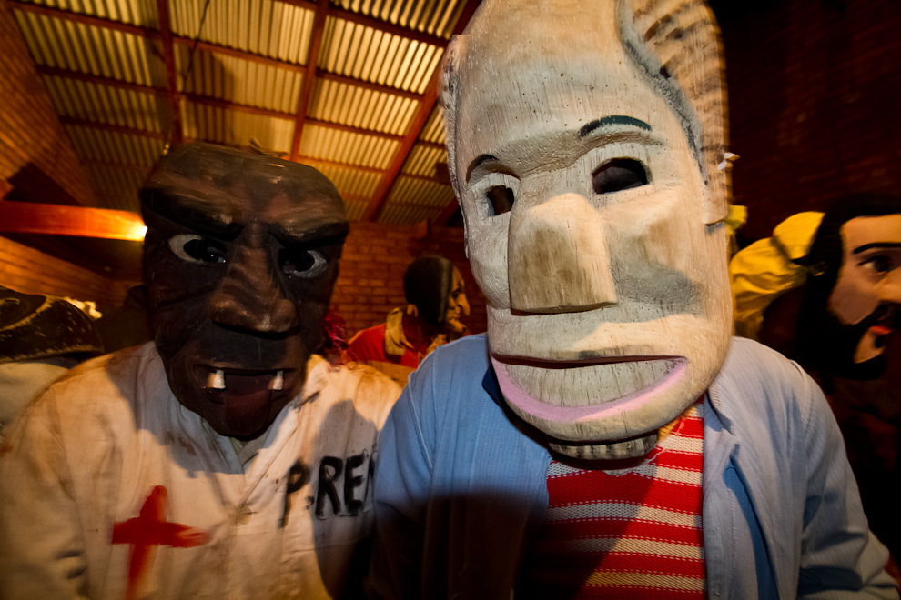 Distintos tipos de máscaras fabricadas por artesanos locales en madera liviana de raíces de timbó, son exhibidas por los kambá en el tradicional festival Kambá Ra'anga realizado en la Ciudad de Altos. (Tetsu Espósito)