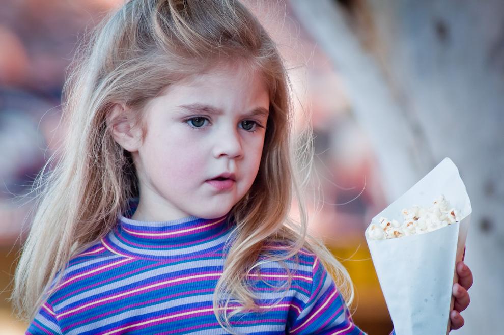 Una princesa disfruta de sus rosetas de maíz (pororó) mientras presenciaba la danza de algunos personajes de Disney en el Stand de Itaú el sábado 23 de Julio por la tarde. (Elton Núñez)