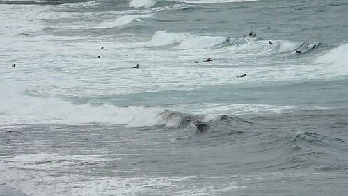 Sesión de surf en Sopelana bajo la lluvia y el fuerte viento