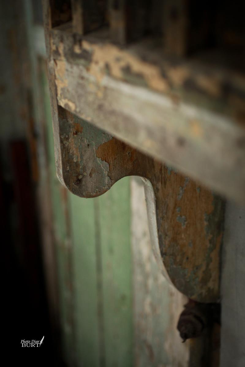 窗戶下的支撐木片