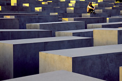 El hombre sobre monumento al Holocausto- BERLIN _ Man on the Holocaust memorial,. Fotografa sin tratamiento photograph untreated (Antonio Mesa Latorre) Tags: berlin holocausto oltusfotos blinkagain dblringexcellence