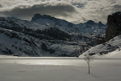 Luz de invierno  --  Winter lights (Ahio) Tags: light lake snow storm mountains ice clouds picosdeeuropa lagoercina pentaxk10d smcpentaxda1855mmf3556al picosdeeuropanationalpark torredesantamara peasantadeenol requexn