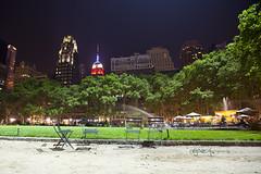 Bryant Park de noche (Piriposa_Cris) Tags: nyc chairs empirestate bryantpark sillas nuevayork
