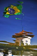 VARIAES SOBRE O MESMO TEMA - MOVIMENTOS NA GUA  (6) (ALEXANDRE SAMPAIO) Tags: gua bandeira brasil ar flag movimento franca reflexo vento bandeiradobrasil parquefernandocosta alexandresampaio variaessobreomesmotema