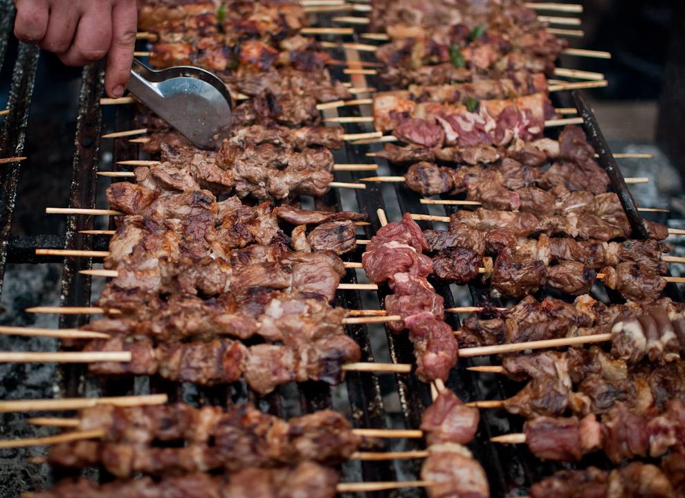 Deliciosos asaditos fueron vistos en las distintas fiestas populares de estas fechas, estos corresponden a un puesto de venta de comidas típicas en la Fiesta de San Juan que se llevó a cabo en las plazas del Cabildo en Asunción. (Elton Núñez)