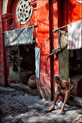 Drying in the sun (oochappan) Tags: india man kolkata calcutta ganga ghats bathhouse westbengal oochappan img8902 lifeinindia lifeattheganga