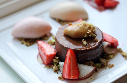 Sjokolademousse og ganache med fersken- og jordbærsalat, ferskensorbet og karamelliserte nøtter