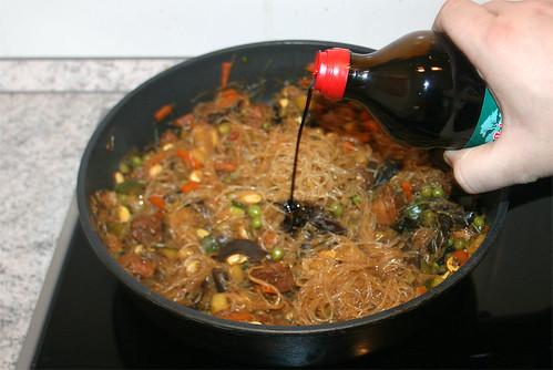 33 - Glasnudel-Gemüsepfanne / Glas noodles stir fry - Schuss Sojasauce hinzu
