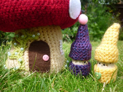Crochet korknisse in the garden