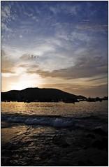 El atardecer (Lucas Photographer) Tags: sol atardecer mar sombra paisaje viento palmeras arena cielo nubes pesca olas lanchas colinas