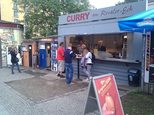es ist eine currywurst bude geworden. perfekt am touriepizentrum neben den fotomaten