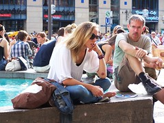 Fischbrunnen (wolfgraebel) Tags: street summer woman man feet girl sunglasses hair munich mnchen bayern bavaria waiting toes long legs eating sommer goggles young jeans blond barefoot brille frau lang mdchen marienplatz sonnenbrille junge beine haare genervt zehen schneidersitz fischbrunnen fse barfus