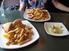 BLT au homard, crevettes bam bam et pétoncles au bacon