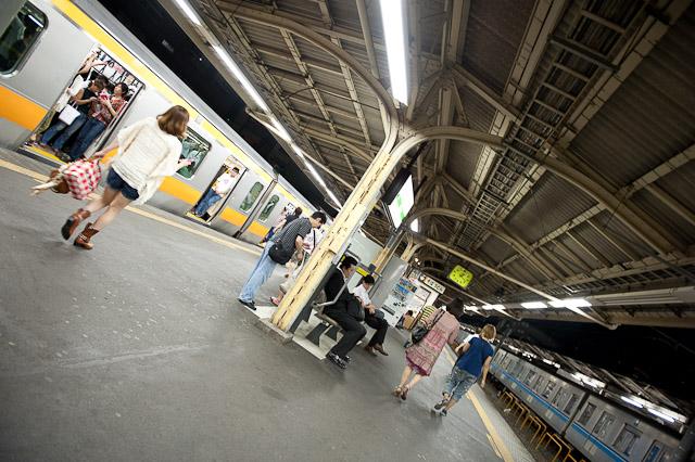 中野駅に中央線終電が到着