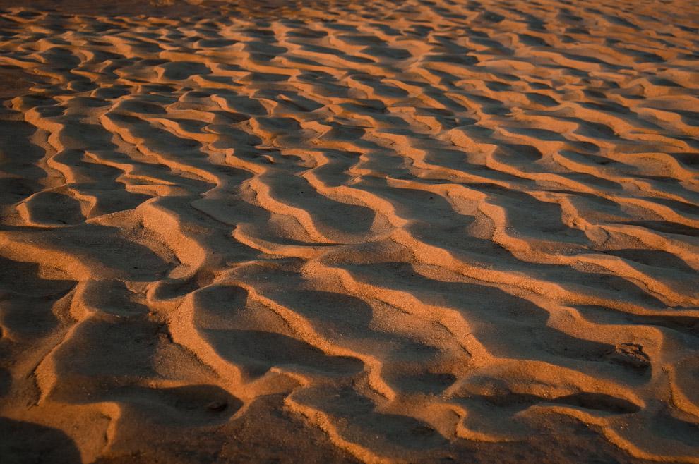 Formación de dunitas en una lejana y escondida playa del Río Jejuí son vistas en la tarde del viernes 8 de Julio mientras se adentraba el sol, dejando ver bonitas formaciones de sombras y contornos de arena. (Elton Núñez)
