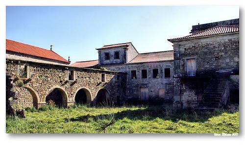 Ruínas das antigas dependências do Mosteiro de Longos Vales by VRfoto